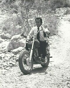 THE GAUNTLET  10X8  RARE  VINTAGE PHOTO  CLINT EASTWOOD  FAB IMAGE ON BIKE