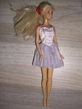 Barbie Puppe weiblich, blonde Haare mit lila Cocktail-Kleid