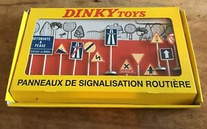 BOXED DINKY TOY/ATLAS EDITIONS NO 593 FRENCH ROAD SIGNS