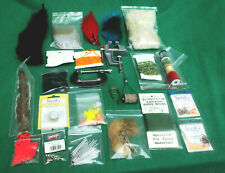 Fly tying Lot, plumes, CAPES, fourrure, corps matériel, TINSELS, soie, crochets (6)