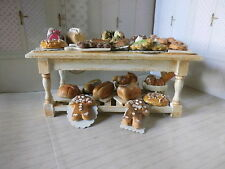 Puppenstube Puppenhaus Shabby Chic Küchentisch mit Kuchen, Gebäck, Brot