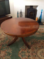 Lounge circular table in yew wood finish in great condition