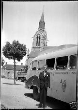 Portrait homme devant bus de tourisme an. 1950 - 60   - Négatif photo ancien