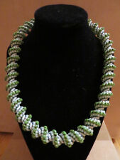 Halskette, gedreht, grüne Perlen, Handarbeit, Magnetverschluss