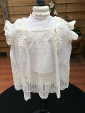 petite robe de bébé ancienne ou pour poupée en tulle brodé