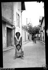 Portrait jeunes gens dans la rue - ancien négatif photo an. 1940