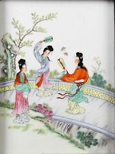 Plaque en porcelaine Chine XX è décorée en émaux polychromes femmes à l'éventail