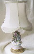 Ancienne lampe chevet décorée de fleurs en porcelaines CAPODIMONTE, base laiton