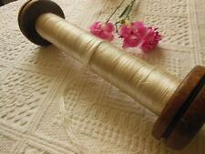 Gruesa bobina antiguo en madera 26,5 cm con cable de seda blanco