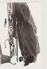 PHOTO NOIR et BLANC/AGRANDISSMENT/SKIS/BATONS plantés DANS LA NEIGE/CASQUE/1980