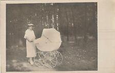 Foto AK Hübsche Frau mit Kinderwagen Momentaufnahme 20er Jahre