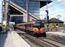 PHOTO  1989 TRAIN PASSING LANSDOWNE ROAD RAILWAY STATION DUBLIN CIE 001 CLASS LO