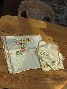 Nappe à thé avec 9 serviettes brodées
