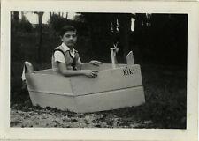 PHOTO ANCIENNE - VINTAGE SNAPSHOT - ENFANT JOUET BATEAU MAQUETTE DRÔLE -TOY BOAT