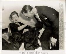 1953 Press Photo Porfirio Rubirosa kisses hand of Barbara Hutton in New York