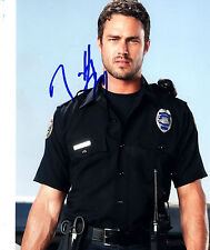 Taylor Kinney + + AUTOGRAFO + + VAMPIRE DIARIES + + What About Brian + + Bones