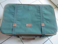 belle valise verte avec ses sangles et 4 roulettes