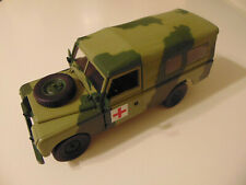 UNIVERSAL HOBBIES LAND ROVER SERIE II/III 109 SOFT TOP MILITARY MEDIC 1:18