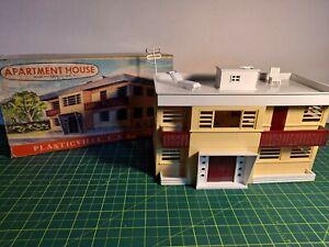 VINTAGE PLASTICVILLE APARTMENT HOUSE (#1907), TAN SIDES, WHITE ROOF, MAROON, BOX