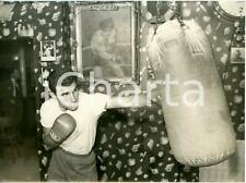 1957 LONDON Tobie's gym - BOXE lightweight - David OVED training with punch bag