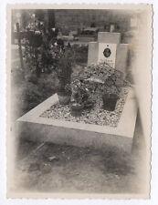 PHOTO ANCIENNE Snapshot Tombe Cimetière Croix Religion Vers 1950 Fleurs Plaque