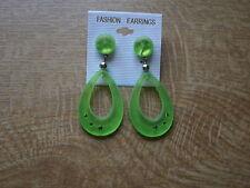 Ohrhänger mit Steinchen in mattglänzendem grün. Aus Kunststoff. Ovaler Hänger.