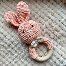 Greifling Rassel Beißring Häkel Hase Holz Baumwolle Farben Baby Geschenk Geburt