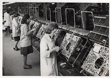 PHOTO DE PRESSE Chaîne de montage Femmes Poste Vers 1970 Blouse de travail