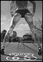 Race Pin Up Girl S/W Panneau Métallique Plaque Voûté Étain Signer 20 X 30 CM