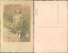 FOTO DI UN RAGAZZINA VICINO UNA SIEPE  -   (rif.fg.11856)
