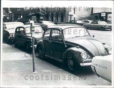 1967 Vintage Volkswagen Auto & andere geparkt auf Cleveland Oh Straße Presse Foto