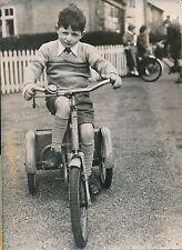 VÉLO c. 1955 - Jeune Garçon Tricycle  - PR 664