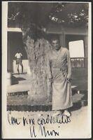 YZ3432 Ritratto di un uomo in vestaglia sotto un albero - 1940 Fotografia epoca
