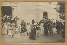 Carte Photo vintage card RPPC groupe hommes femmes enfants beaux habits bt071