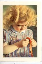 Bambina gioca con il Cucito Girl PC Circa 1950 Real Photo