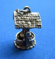 VINTAGE STERLING SILVER BRACELET CHARM DETAILED WISHING WELL BUCKET MOVES
