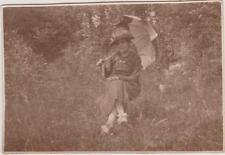 PHOTO ANCIENNE JEUNE FEMME SOUS OMBRELLE,CHAPEAU PLUMES/SOULIERS RUBAN-CAMPAGNE