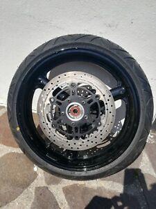 Cerchi neri per moto Suzuki con gomme e dischi