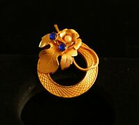 BROOCH vintage -- gold-tone metal-wreath, flower with blue rhinestones