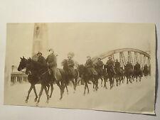 Soldaten in Uniform mit Stahlhelm zu Pferd auf einer Brücke - Wilhelm II. / Foto