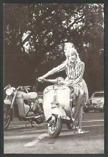 Liliane Brousse su Vespa Piaggio - riproduzione moderna di foto d'epoca