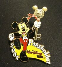 Disney pin 2005 Passholder Exclusive - Mickey Mouse Gold Spinning Key