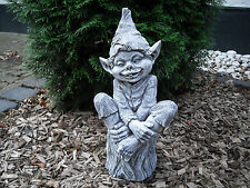 Steinfigur Troll auf Baumstamm 39cm Frostfest Steinguss Garten Deko Gnom