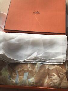 Carré Hermès 110x105cm«PIVOINES» en mousseline de soie Excellent État