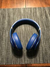 beats studio wired headphones. Noise cancelling, and great sound.