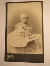 Berlin - kleines Kind - Baby mit Buch / Bilderbuch - Portrait / CDV