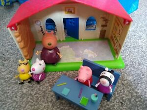 Peppa pig museum building playset, accessories and figures