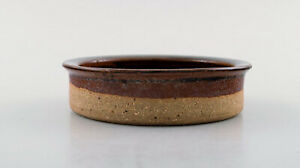 Helle Alpass (1932-2000). Low bowl of raw and glazed stoneware in brown shades.