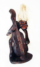 En bois statuette d'un poilu Double Bass Player, heavy metal rock band MUSICIEN
