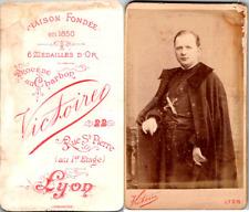 Victoire, Lyon, Portrait de prêtre en soutane et en cape, grand crucifix Vintage